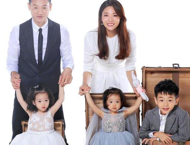 杨威为儿子办庆生派对,十岁杨阳洋变化超大,双胞胎妹妹好粉嫩