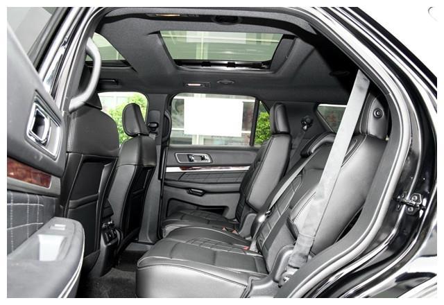 这款福特SUV落地66万,比途昂还大,4个排气管,路上很少见