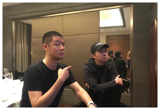 俞灏明任重一起看自己演的剧,却被网友发现了镜子里的光膀子男士