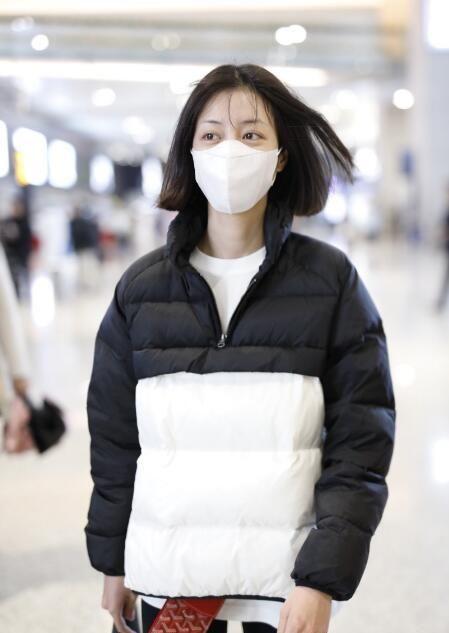 李溪芮一件黑白撞色羽绒服现身机场,这才是冬季的正确打开方式