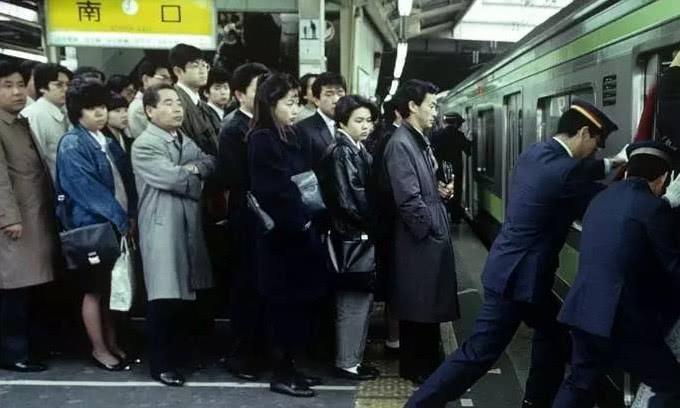 """直击被称为女性""""噩梦""""的日本地铁,她们宁愿步行也不想乘坐地铁"""