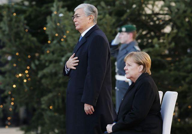 德国铁娘子默克尔身体再成焦点,接待来访国宾,放国歌都没起身