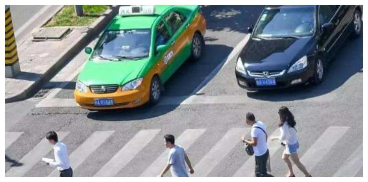 """""""停车礼让""""被叫停?专家建议被支持,老百姓:我怎么过马路?"""