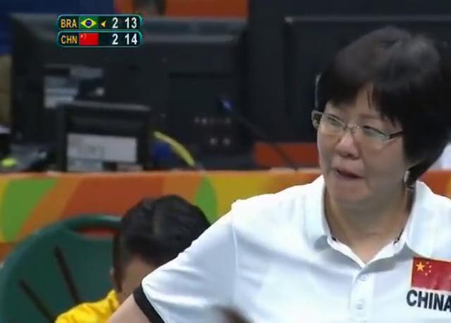 奥运赛点时刻郎导暂停前意味深长的看了一眼巴西,然后巴西就输了!