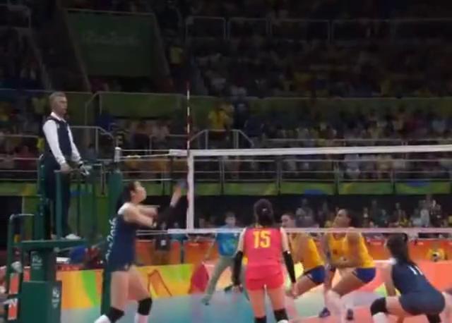 奥运会决胜局巴西鼓动观众帮忙,没曾想朱婷果断把观众打哭!