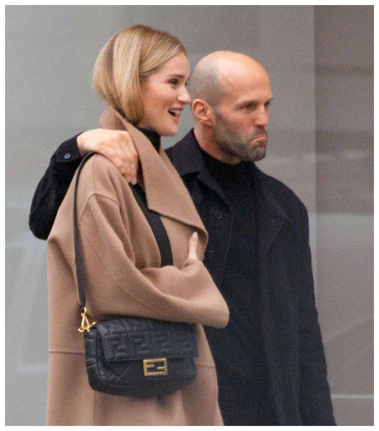 杰森斯坦森带媳妇儿购物,超模妻子个太高,搭肩膀有点吃力