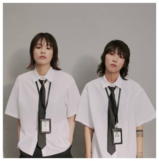 马思纯窦靖童共同拍时尚写真,酷似孪生姐妹,穿白衬衣成痞帅少女