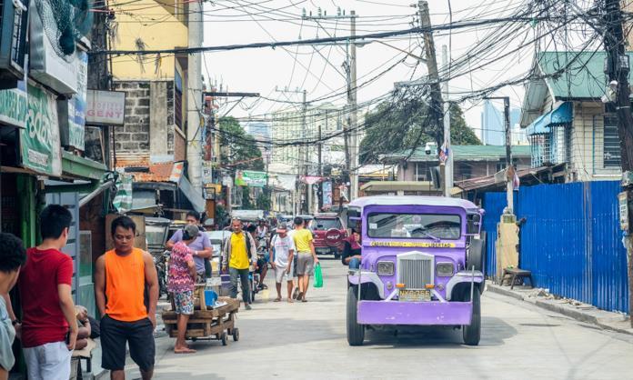 马尼拉街头,欢乐的菲律宾人,看到我手里拿着相机,都喜欢这么做