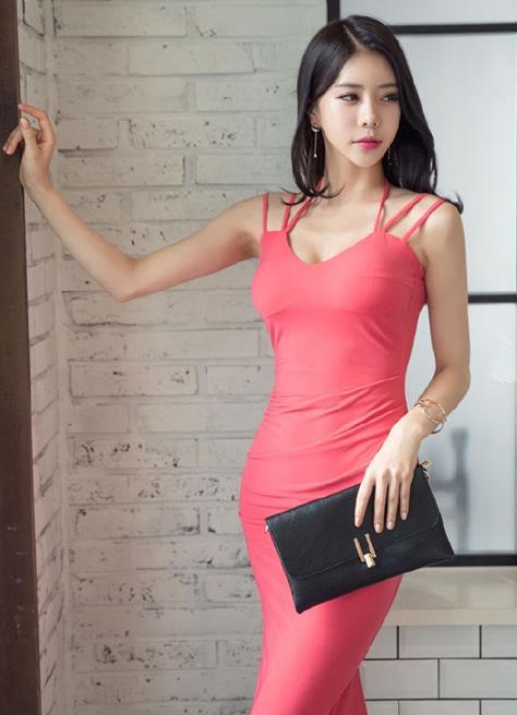 街拍:高挑丰腴的小姐姐,吊带紧身连衣裙的穿搭,尽显性感的魅力
