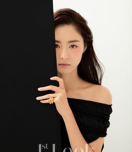 韩国女艺人李沇熹近日为某杂志最新一期拍摄了写真