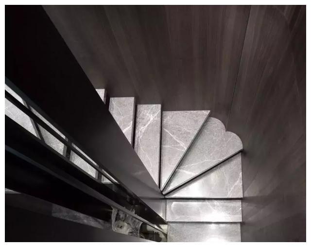 一网打尽夜色厕所17_复式楼楼梯干货总结:从材质到尺寸一网打尽,这样装才漂亮有创意