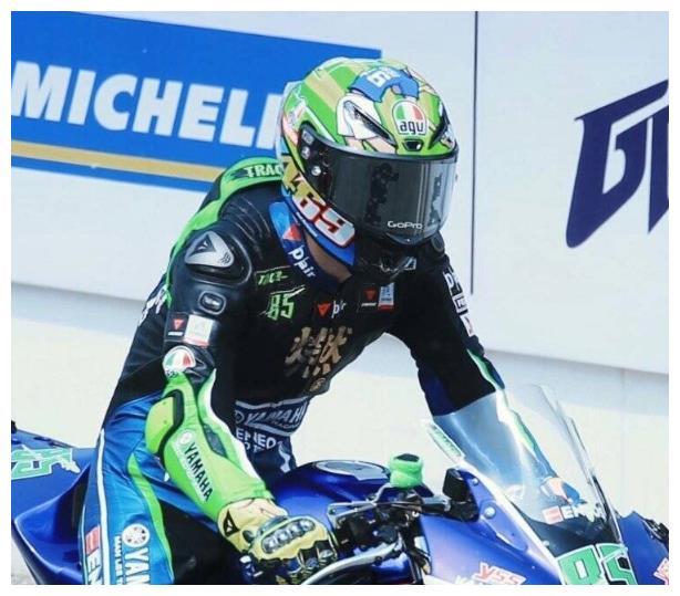 王一博是真喜欢摩托,比赛遭遇两次赛车故障,遗憾退赛躲头盔里哭