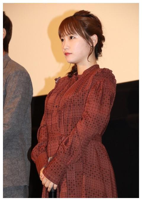 川荣李奈出席舞台活动 身穿红色长裙活泼可爱
