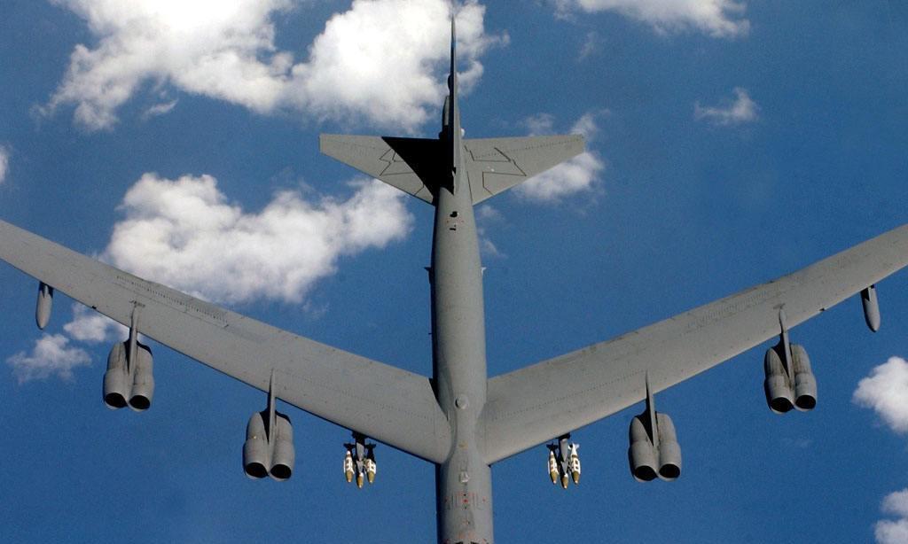 为在领导面前邀功,驾驶83吨轰炸机炫技终坠毁,3战友丧命