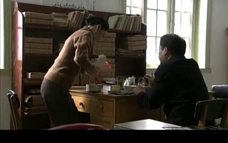 俩人在办公室里吃盒饭,女的比男的饭量大