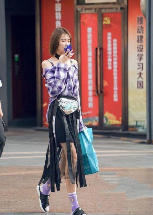街拍:清纯可爱的小姐姐,白色蕾丝小裙裙,笑容真可爱