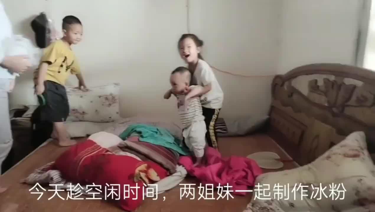 四川内江:两姐妹制作冰粉,几个小孩带娃场景,有点不敢相信