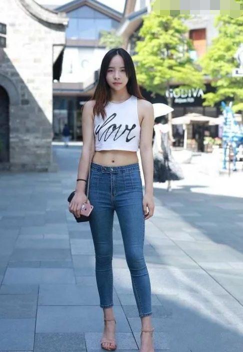 街拍:美女牛仔长裤的潮流搭配,显身材又显瘦!