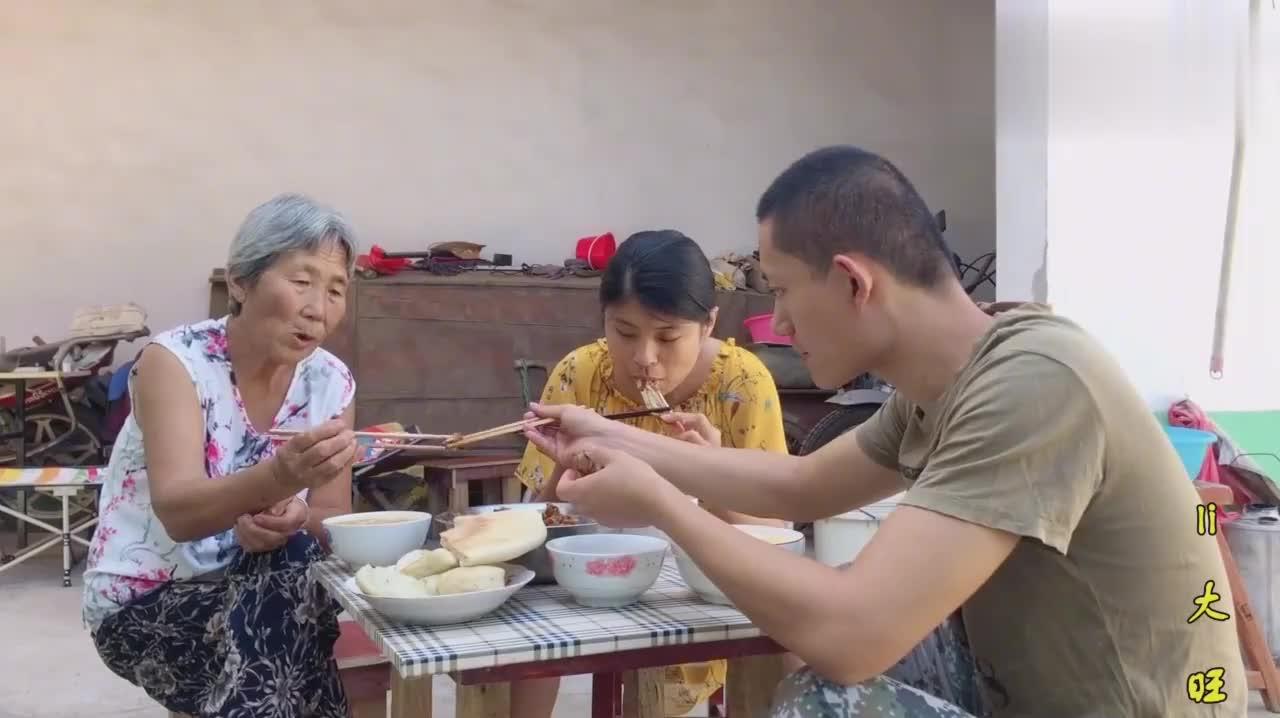 农村小伙在家炖鸡,鸡毛拔了1个小时出锅后,一块一块喂奶奶