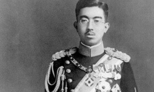 麦克阿瑟问裕仁天皇:日本战败你怎么不自杀谢罪?天皇说了4个字