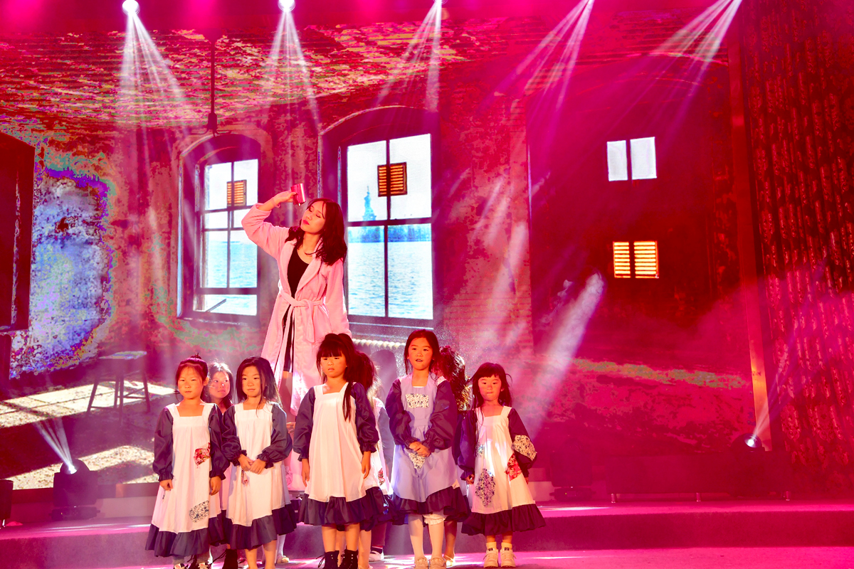 百老汇音乐剧《安妮》空降广州 中国小演员表现惊艳