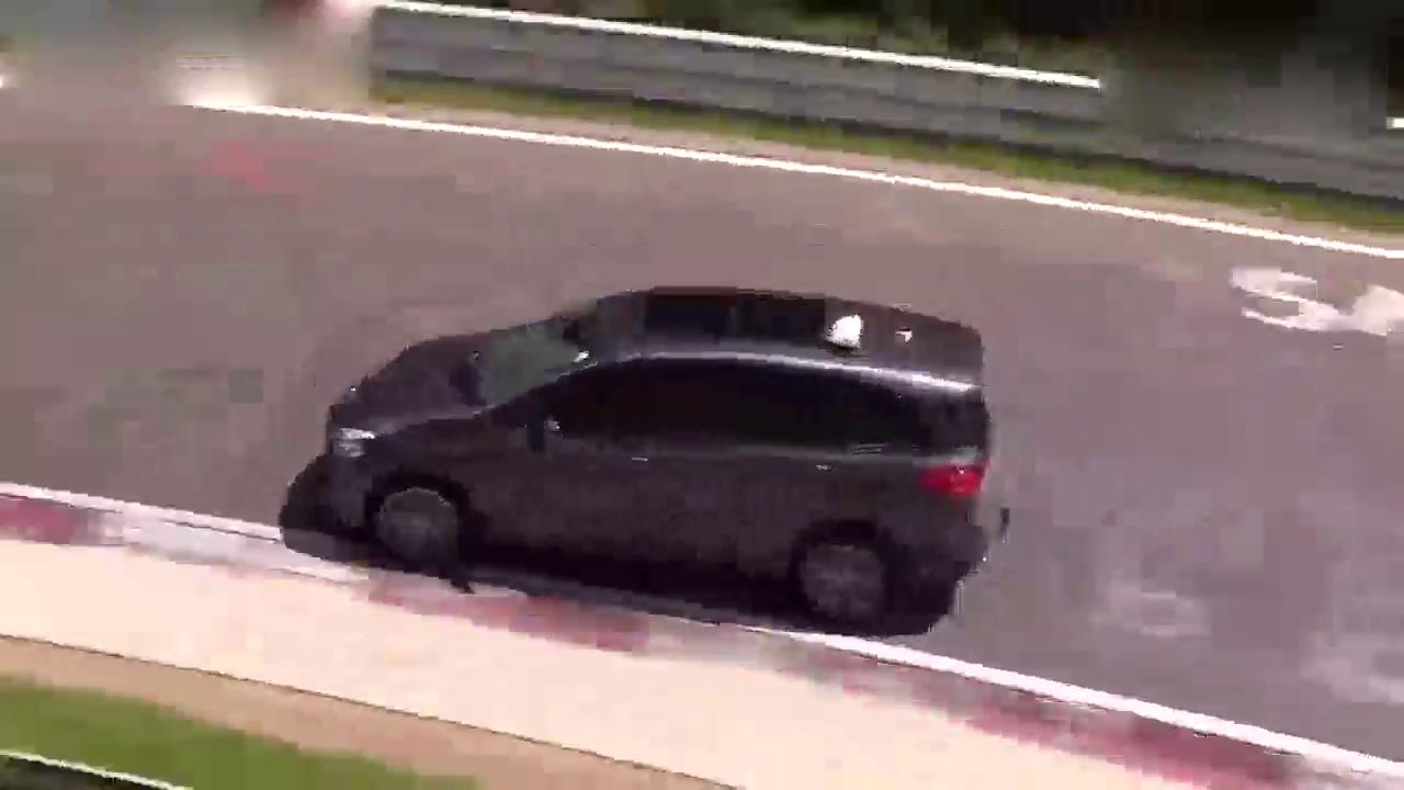 视频:神反应!宝马2系多功能旅行车赛道失控