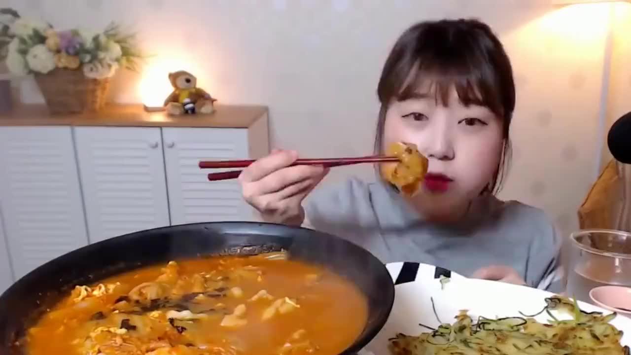 吃播:韩国大胃王吃酸辣面片汤,还有一个美味的蔬菜煎饼