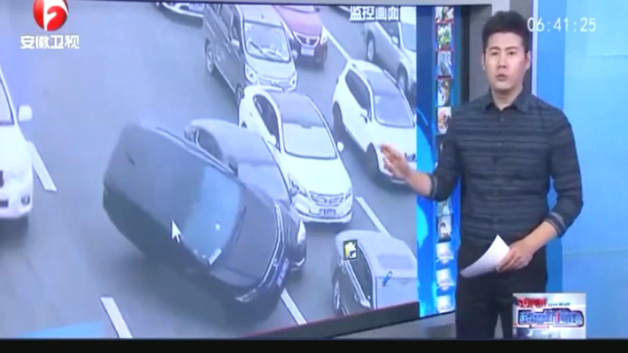 高速路排队缴费两车互不相让,一车被挤侧翻