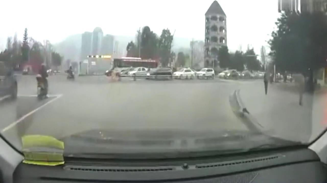 行车记录仪:右转弯不看路不礼让行人居然还有脸爆粗口,不能忍!