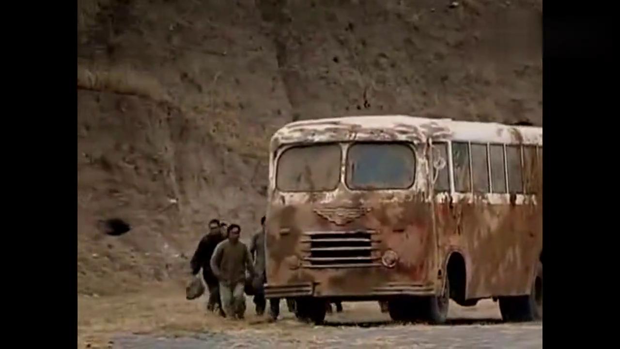 那个年代戈壁滩上仅有的一辆公交车,比现在过年的春运还要紧张