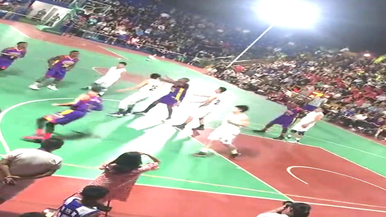 这是什么篮球比赛啊?他们在不断地传球,然后好像杂技一样扣篮的