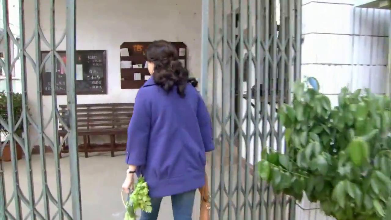 40多岁女演员彻底陷入小伙爱河,竟偷偷跑到小伙宿舍,做饭给他吃