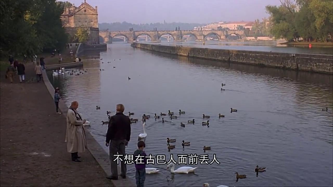 秃顶老头儿和这个男人来到泰晤士河看鸭子,这里风景真好