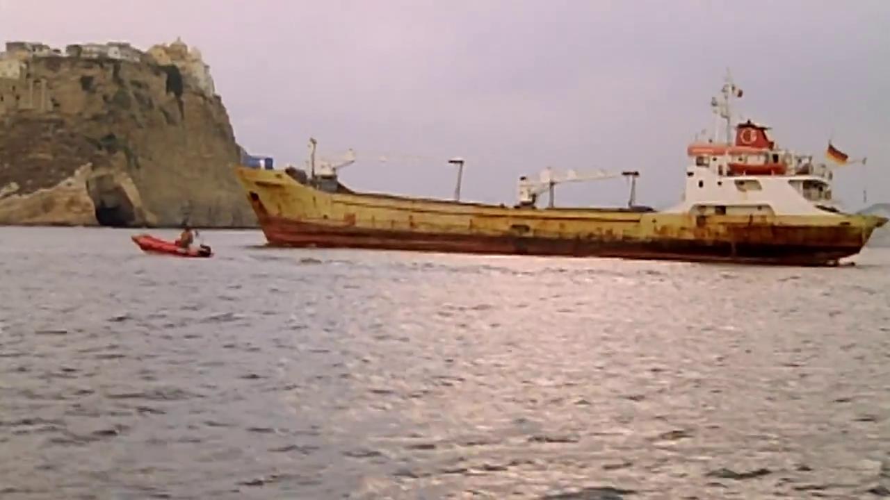 罗伯托成功发现残骸,船长命令停船,众人准备打捞