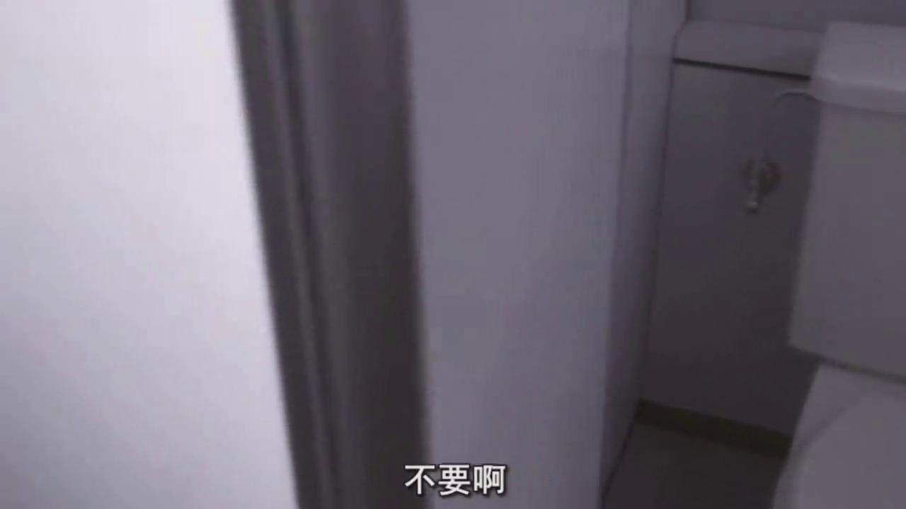 女生被女校霸围堵,厕所里欺负她,真让人愤怒