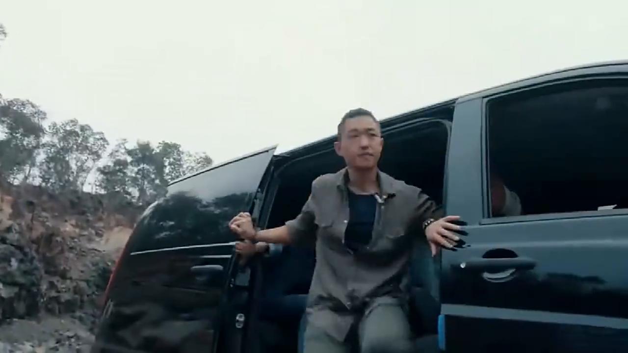皇甫云参观矿场晕车,下车休息一屁股坐出来块紫翡,发达了