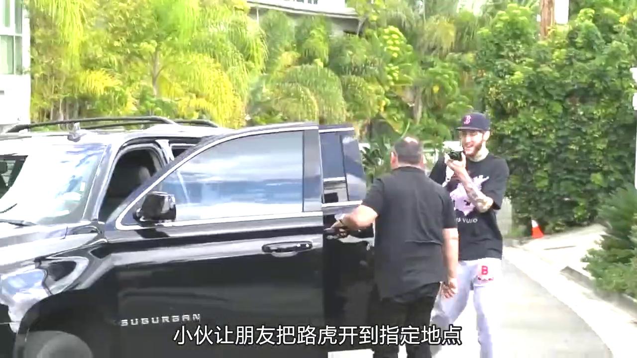 视频:小伙送给女友一辆路虎揽胜,打开车门后,彻底被惊艳了