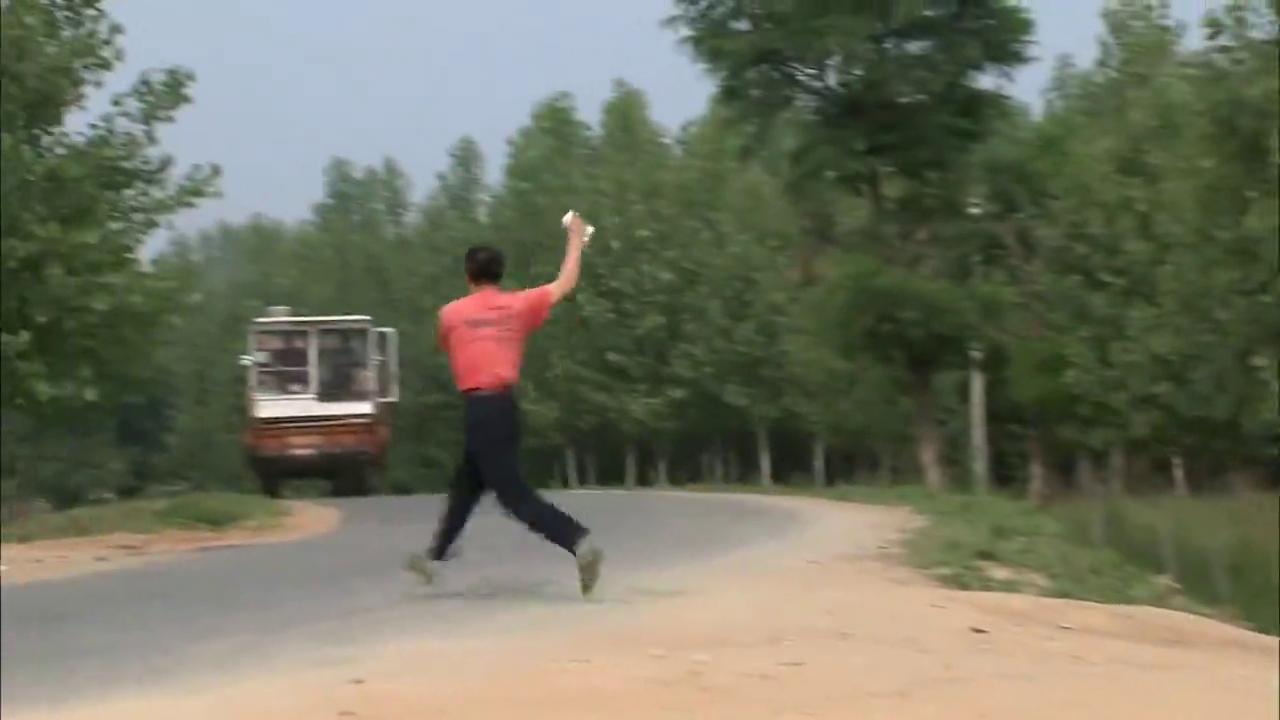 村民躺在路中间不让车过,哪料领导一看大怒:轧死他我负责!