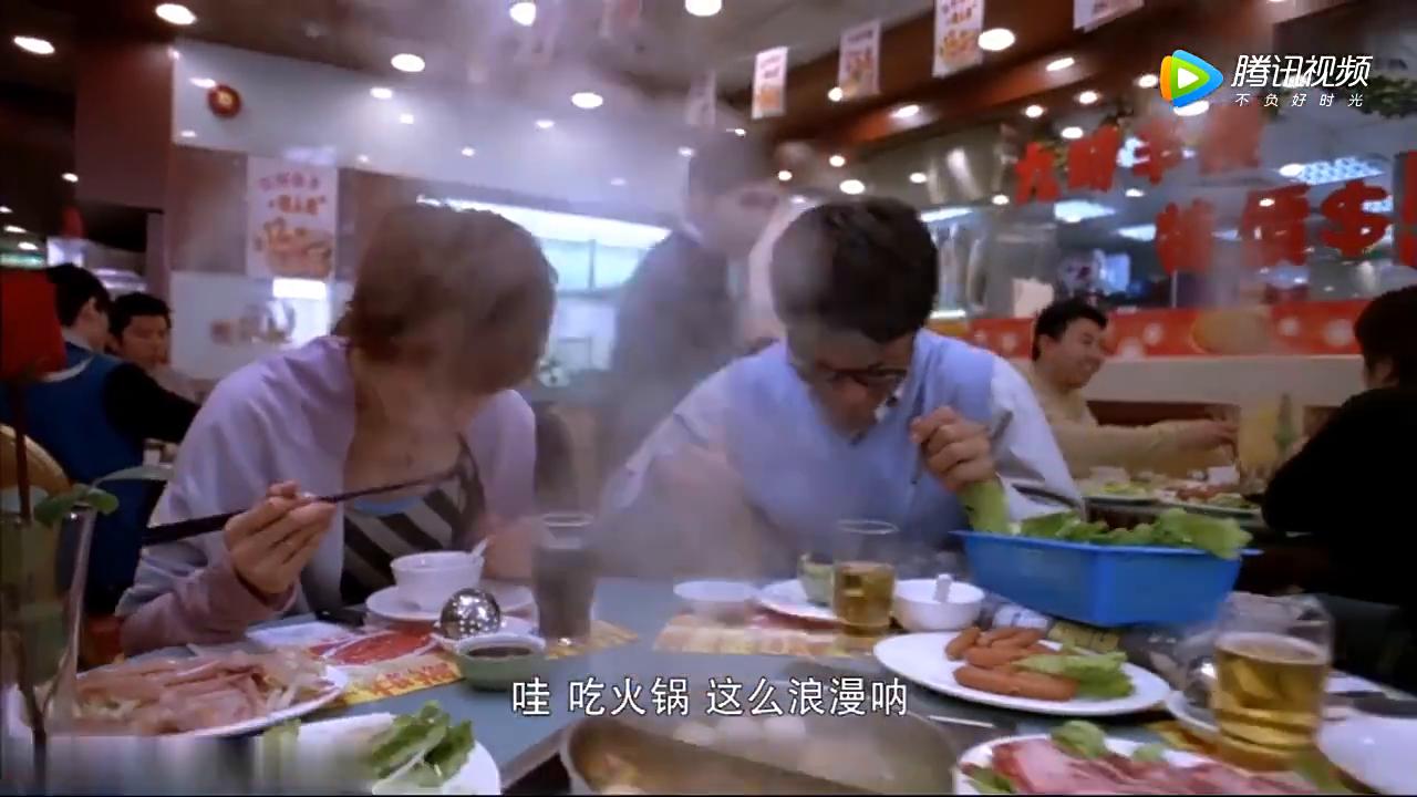 火锅店打折促销,小伙上来直接要4盘鸡仔儿,美女一脸嫌弃