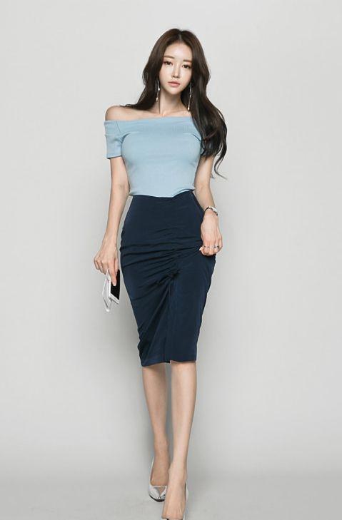 开叉半身裙微露美腿尽显妩媚,搭配高跟鞋和一字肩真的过目不忘