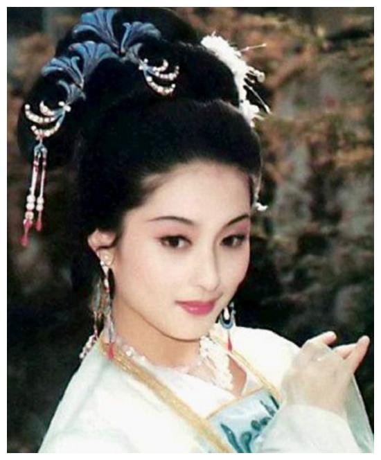 当年她被誉为最美西施,与何晴齐名,如今却已藏形匿影让人怀恋!