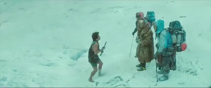 小伙跟到雪山去讨债,被人从脸上踩过去,用海豚音把欠债人拦住!