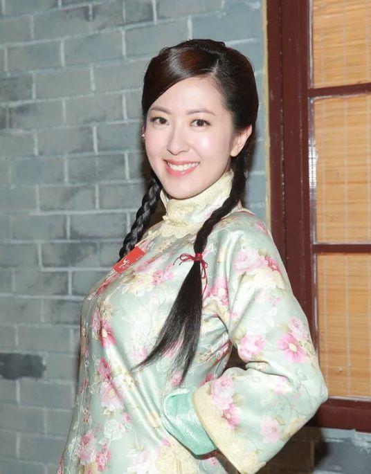 唐诗咏贵为tvb视后,却仍穿这种衣服当足球宝贝,网友:辣眼睛!
