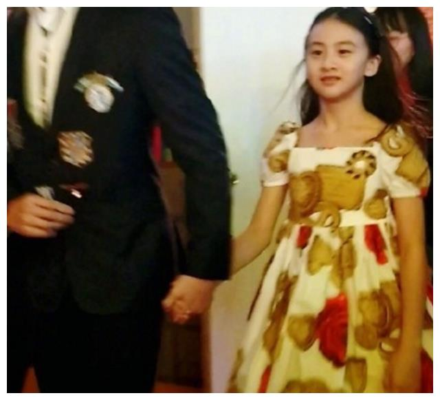 田亮带森碟出席活动,小公主好漂亮!网友:田家有女初成长!