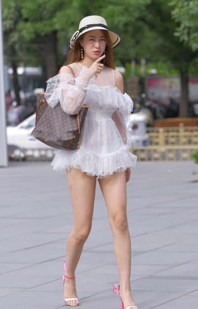 街拍:美女身穿短蕾丝裙秀出一双肉感美腿,我回头看了好几遍