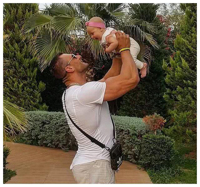 肌肉男有了自己孩子后,看看他们是怎么对待自己的孩子?