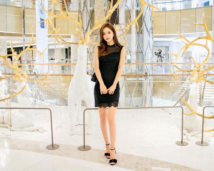 黑色的蕾丝裙尽显高挑美女优雅气质。