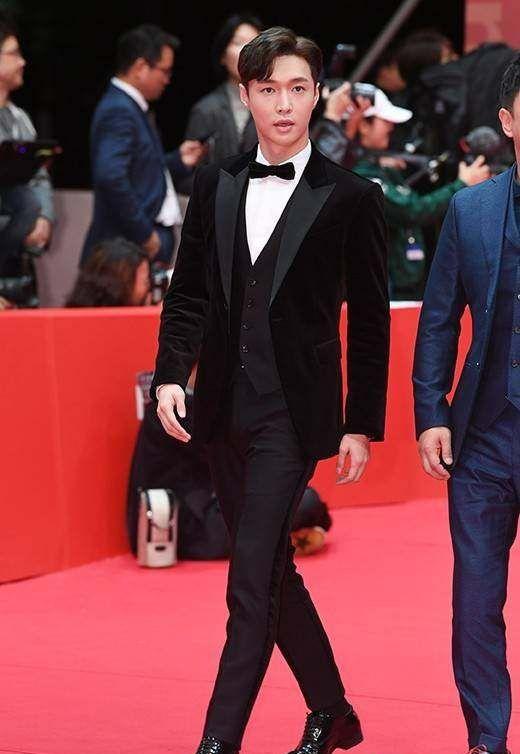 张艺兴穿西装亮相釜山电影节开幕式红毯,面带微笑挥手打招呼好帅