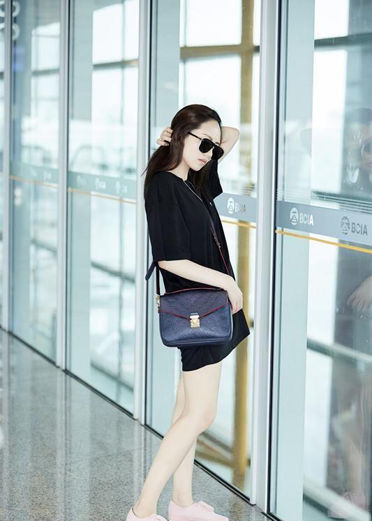 刘惜君现身机场露修长美腿 帅气自然又有范儿