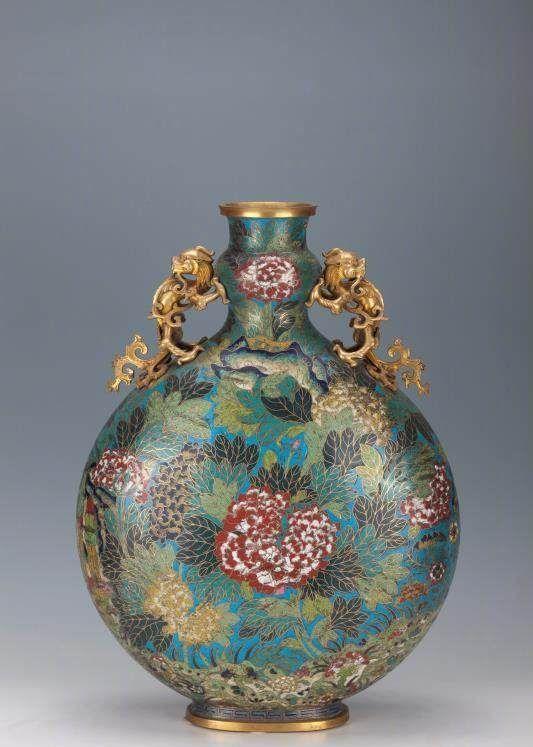「观复博物馆」景泰蓝鎏金双龙耳牡丹纹抱月瓶,杂项,清乾隆